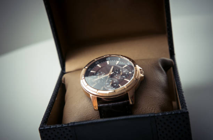 How to Buy a Wristwatch as a Gift: 4 Helpful Tips